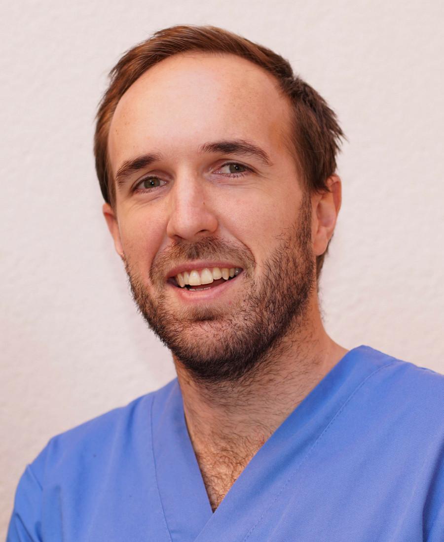 Gregorio Esparza Dentista Donostia San Sebastian Doctor Ruiz Villandiego Hospital Quiron Urgencias